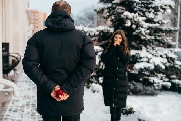 Un momento di attesa prima di una proposta di matrimonio. il ragazzo tiene il box letto con un anello