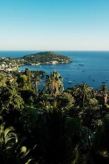 Vista sulla baia di monaco con meravigliosi yacht e mar mediterraneo