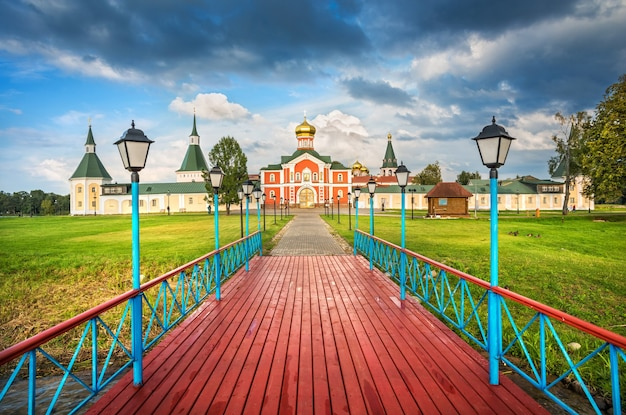 Monastero e chiesa da un molo di legno rosso in una sera d'estate