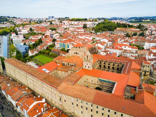 Il monastero di san martino pinario (mosteiro de san martin pinario) vista panoramica aerea nella città di santiago de compostela in galizia, spagna
