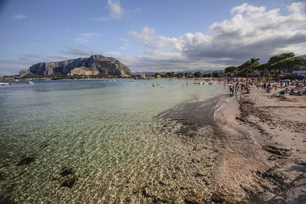 Il mare della spiaggia di mondello con turisti e bagnanti durante l'estate