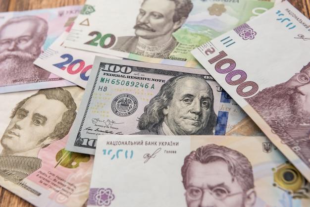 Sfondo di denaro. banconote da un dollaro e da una gryvnia. scambio. concetto finanziario