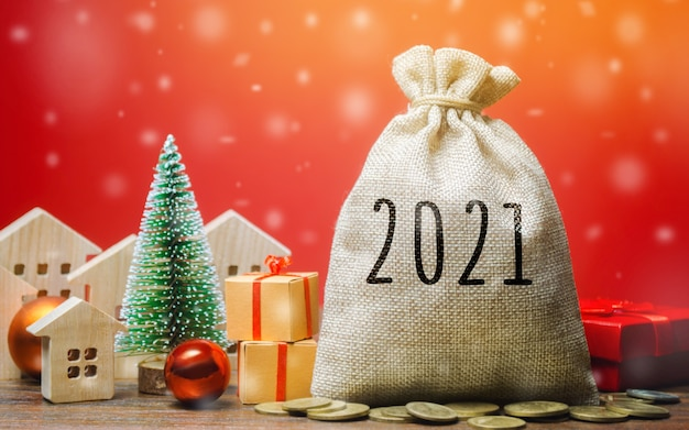 Money bag 2021, albero di natale, case in miniatura e regali.