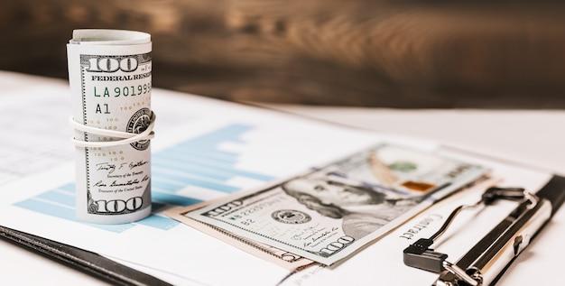 Denaro e documenti aziendali in ufficio. investimenti, tasse, guadagni, pagamenti, concetto di finanza