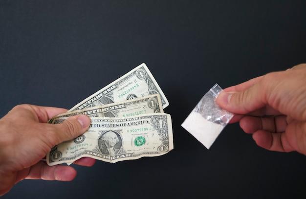 Dipendenza da denaro e cocaina le droghe usano polvere bianca come la cocaina