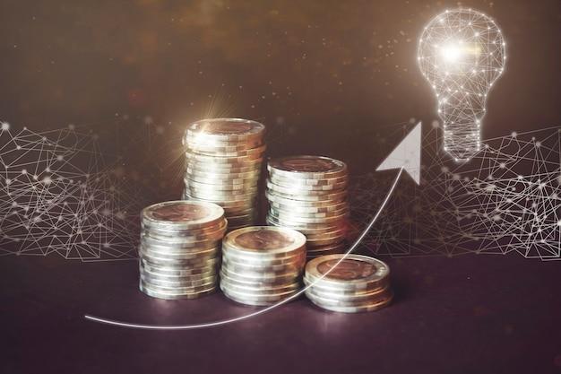 Moneta di denaro su ogni linea che sale sul gologramma virtuale sul retro scuro della freccia della lampada geometrica a basso poli verso l'alto