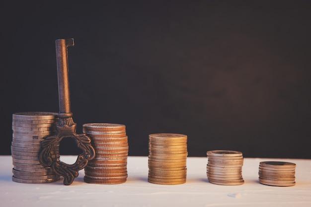 Moneta di denaro pila di affari in crescita su sfondo nero. concetto Foto Premium