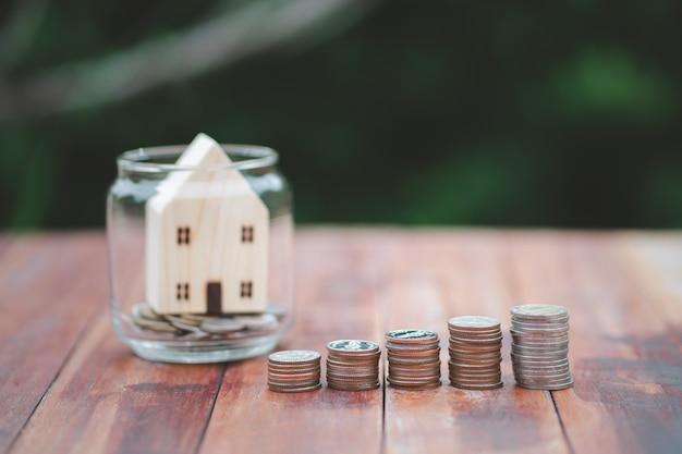 Attività in crescita della pila di monete dei soldi. risparmio di denaro, finanza e concetto di investimento.