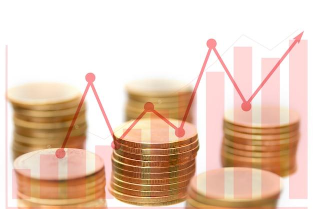 Pila della moneta dei soldi con il grafico e la freccia crescenti su, per il concetto di affari.