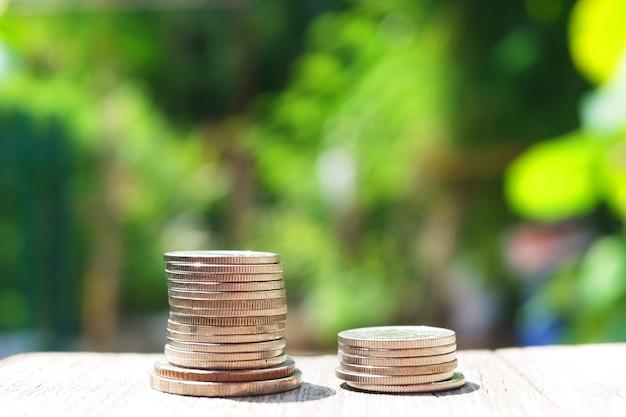 Monete dei soldi sul pavimento di legno. risparmio e crescita nel concetto di economia e vita aziendale di successo.