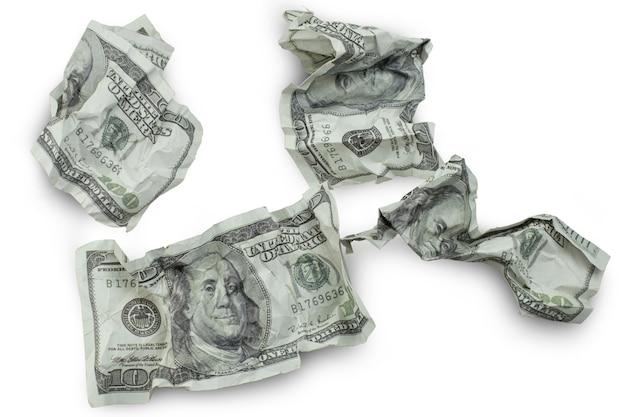 Soldi schiacciati banconote da cento dollari isolati su sfondo bianco con percorso di ritaglio