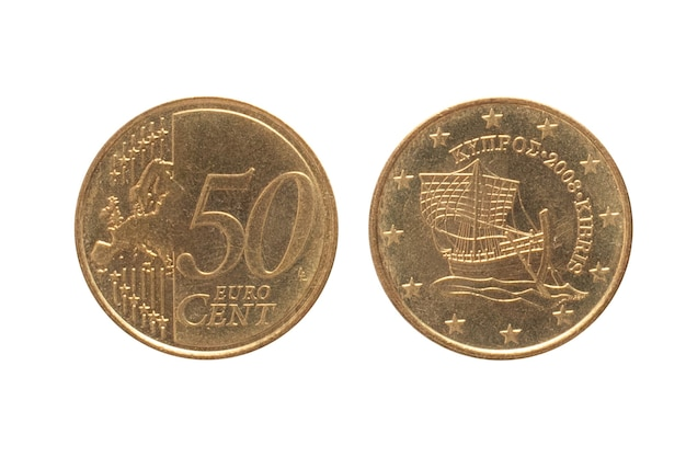 Soldi di cipro. moneta 50 centesimi sulla superficie isolata bianca. la valuta dell'euro dei soldi.