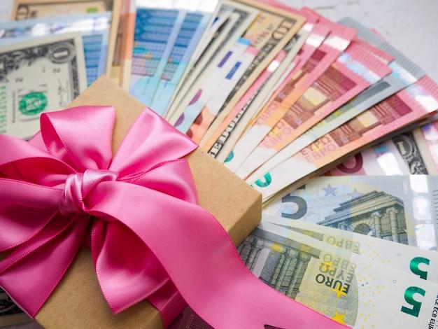 Confezione regalo di denaro e un sacco di soldi per natale