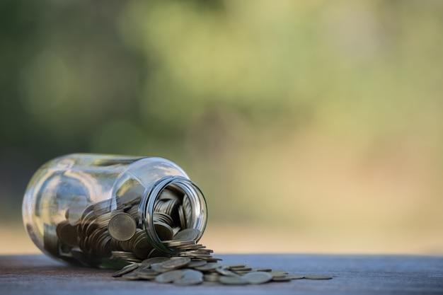 Soldi in una bottiglia di vetro idee per risparmiare denaro