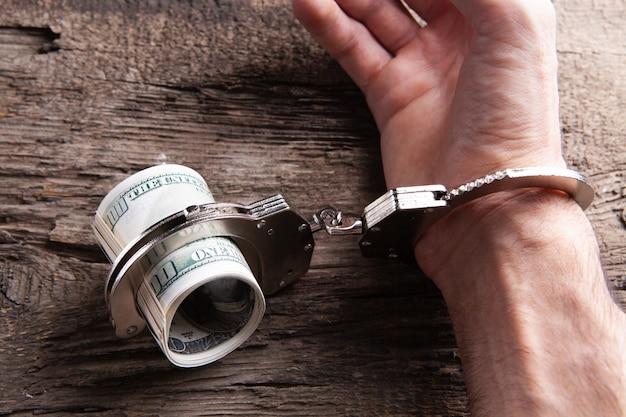 Corruzione di denaro e manette delle autorità
