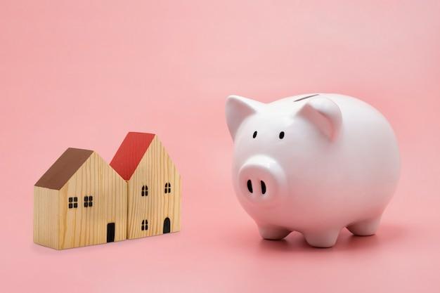 Per il risparmio di denaro e casa isolato su rosa pastello piano ipotecario abitativo e strategia residenziale Foto Premium