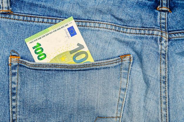 Soldi nella tasca dei jeans, cento euro nella tasca posteriore dei blue jeans. concetto di ricchezza e prosperità. posto per il testo. copia spazio.