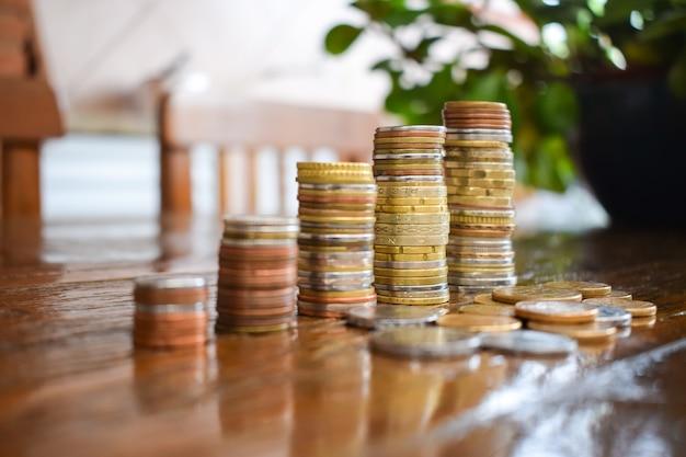 Concetto di risparmio di denaro, predefinito dalla pila di monete sempre più organizzate. affari in crescita