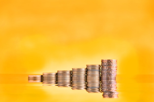 Concetto di risparmio di denaro, pila di monete