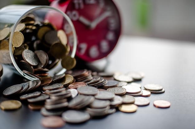Risparmio di denaro risparmio di denaro risparmio di denaro, idee preimpostate a mano, mettere soldi in denaro s