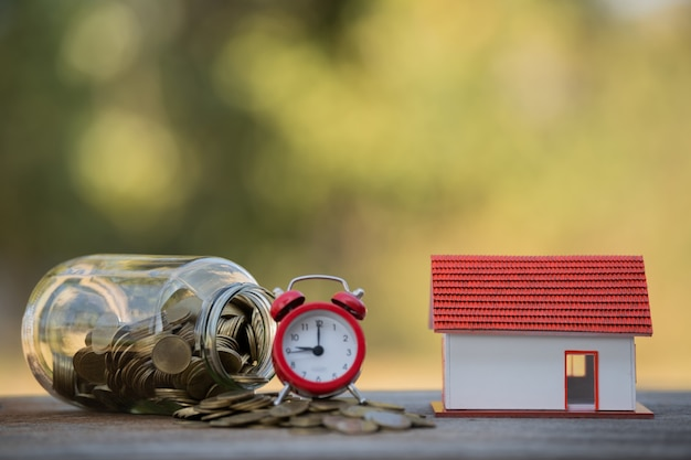 Pile di denaro con monete in bottiglie di vetro aumentano la crescita risparmia denaro idee per investimenti aziendali finanza