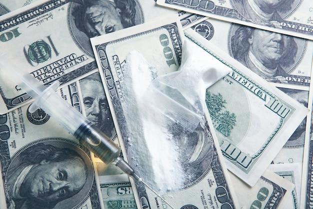 Sul denaro polvere bianca e siringa
