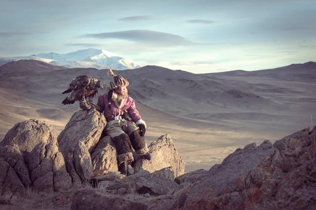 Mongolia, cina - 27 ottobre 2016: i cacciatori di aquile mongoli stanno preparando. per scacciare l'aquila ogni mattina. mongolia, cina.