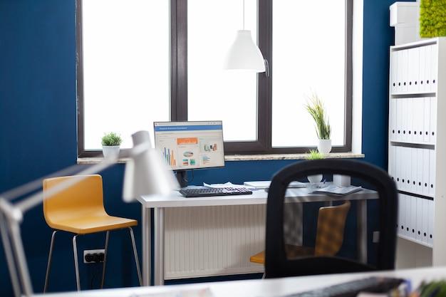 Monitorare con grafici finanziari grafici statisctis in ufficio aziendale