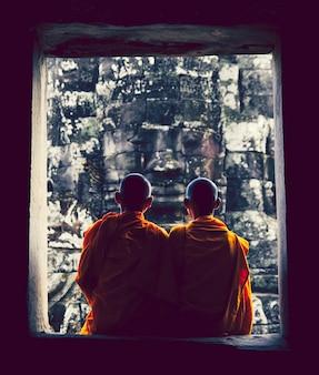 Monaci ad angkor wat, siam reap, cambogia