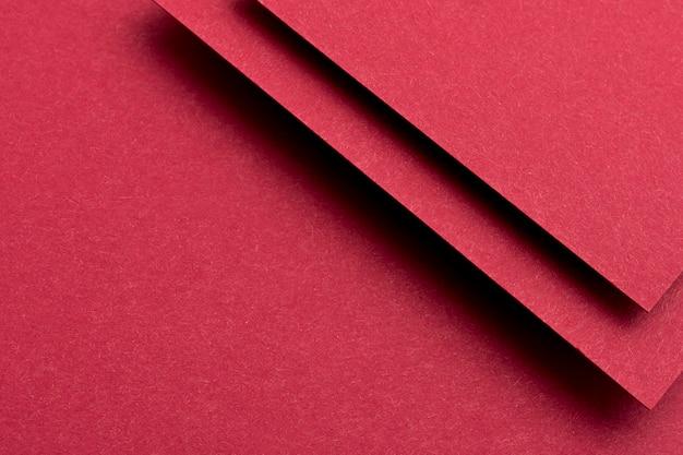 Assortimento monocromatico di nature morte con carta rossa