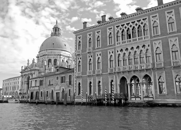 Immagine monocromatica del canal grande con la basilica di santa maria della salute a venezia, italy