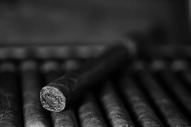 Foto monocromatica di grande scatola di legno di sigari di produzione cubana fatta a mano