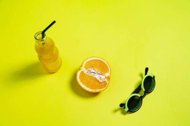 Composizione elegante monocromatica in colore giallo. vista dall'alto, piatto.