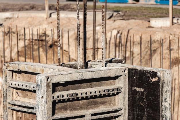 Cassaforma di fondazione monolitica. forma strutture di casseforme verticali per il seminterrato di un edificio residenziale. fondazione in calcestruzzo monolitico. fondazione di supporto. costruzione casa.