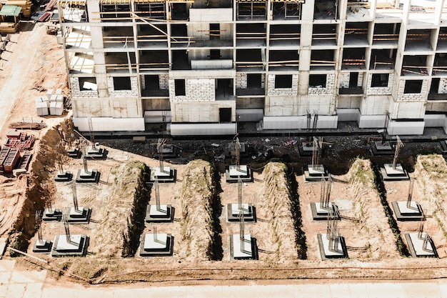 Fondazioni monolitiche in cemento armato per la realizzazione di un edificio residenziale. grillage in cantiere. pozzo di costruzione con fondazioni.