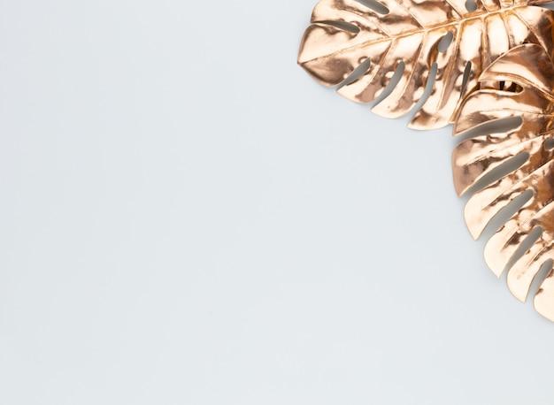 Foglia oro monstera su sfondo blu