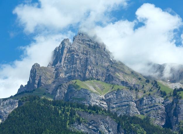 Vista di estate del massiccio della montagna del monte bianco dal lago passy (chamonix, francia).