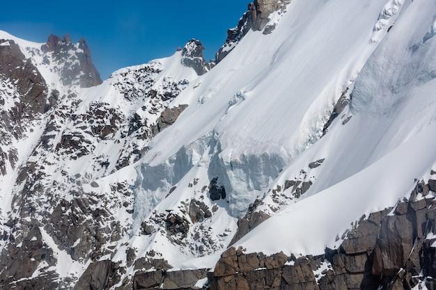 Vista estiva del massiccio della montagna rocciosa del monte bianco dall'aiguille du midi funivia, chamonix, alpi francesi