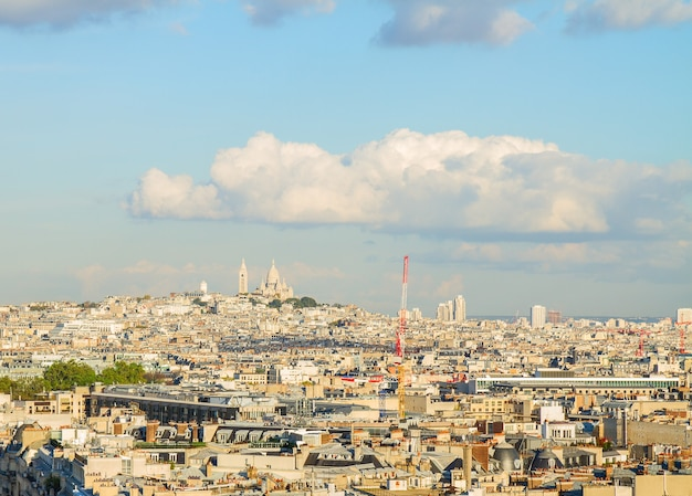 Mont matre hill e lo skyline di parigi, francia