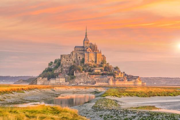 Mont saint-michel al crepuscolo al tramonto in normandia, francia settentrionale