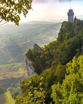 Montale, terza torre, la più piccola delle tre cime del monte titano nella città di san marino della repubblica di san marino in giornata di sole