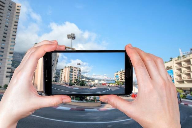 Monte carlo, monaco. il circuit de monaco è una strada f1 che attraversa le strade della città. . il turista scatta una foto