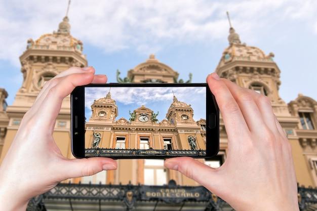 Monte carlo, monaco. facciata del grand casino di monte carlo. il turista scatta una foto