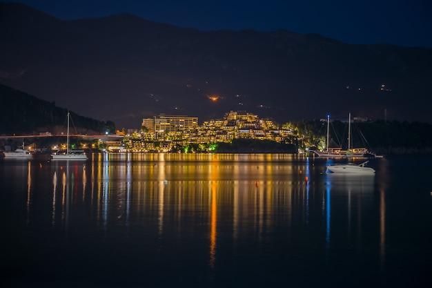 Montenegro, budva. i proprietari di yacht e barche sono salpati a terra per una cena romantica nel ristorante.