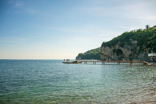 Montenegro budva turisti che si tuffano nel mare adriatico dal molo