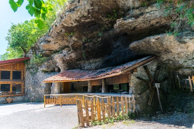 Montenegro, cascate del niagara. i lavoratori del ristorante niagara hanno preparato i loro interni per i visitatori.