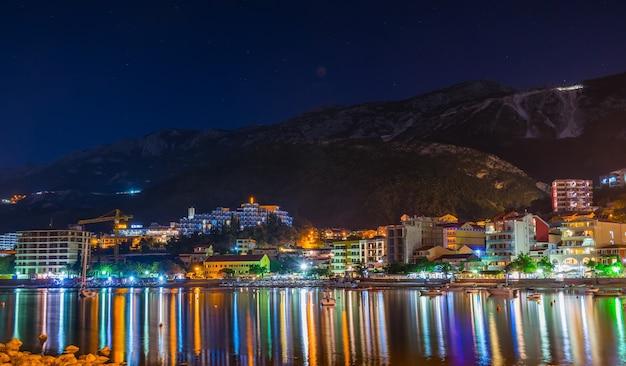 Montenegro przno i pescatori hanno ormeggiato le loro barche vicino alla riva per un pernottamento
