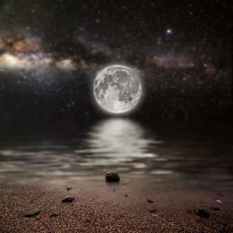 Mese su un cielo stellato di sfondo riflesso nel mare. elementi di questa immagine fornita dalla nasa