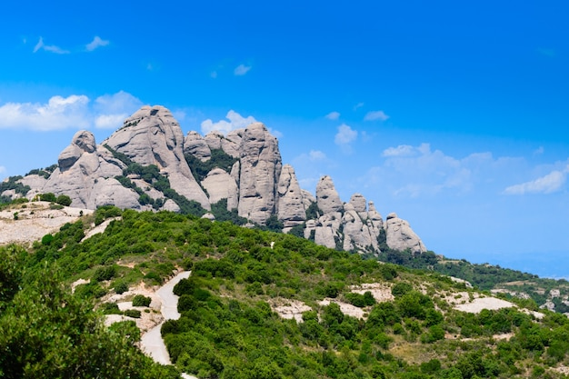 Montserrat è una montagna vicino a barcellona, in catalogna