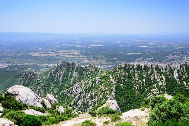 Montserrat è una montagna vicino a barcellona.